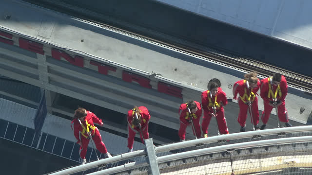group of tourists doing the edgewalk in the cn tower on september 6, 2017; in toronto, ontario, canada. the cn tower is an international landmark, a... - アドレナリン点の映像素材/bロール