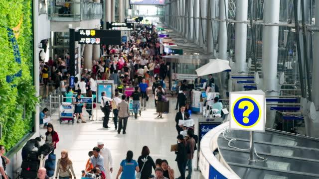 vídeos y material grabado en eventos de stock de grupo de viajeros en el aeropuerto - señal de información