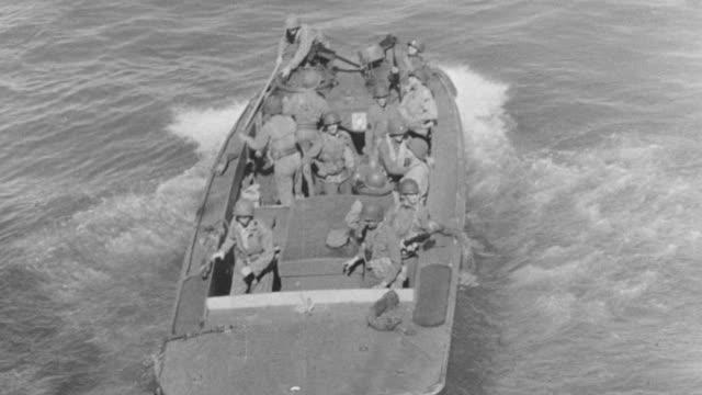 vídeos de stock, filmes e b-roll de ms group of troop moving through speed boat, caption looking through binoculars - navio de desembarque de doca
