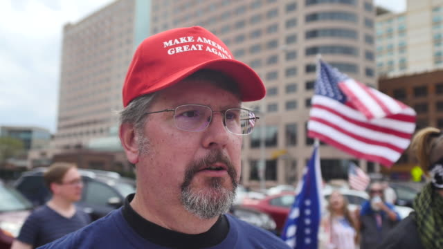 vídeos de stock e filmes b-roll de group of trump supporters, and some members of a skinhead group called the vinlanders social club, march to the indiana statehouse. the facebook page... - partidário