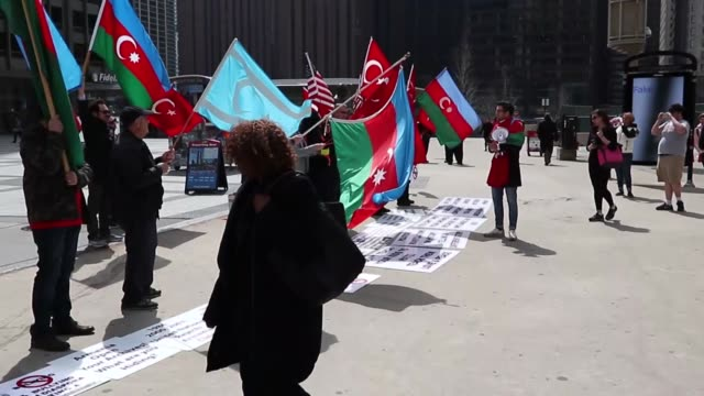 vídeos y material grabado en eventos de stock de a group of turkish and azerbaijani citizens held demonstrations near the tribune tower in downtown chicago on april 24 2018 demonstrators carried... - torre del chicago tribune