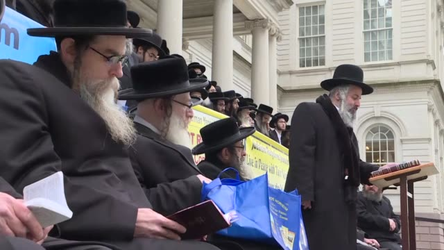 stockvideo's en b-roll-footage met a group of ultra orthodox jews gather to stage a demonstration against councilman kalman yeger and his tweet on palestine at city hall in new york... - orthodox jodendom