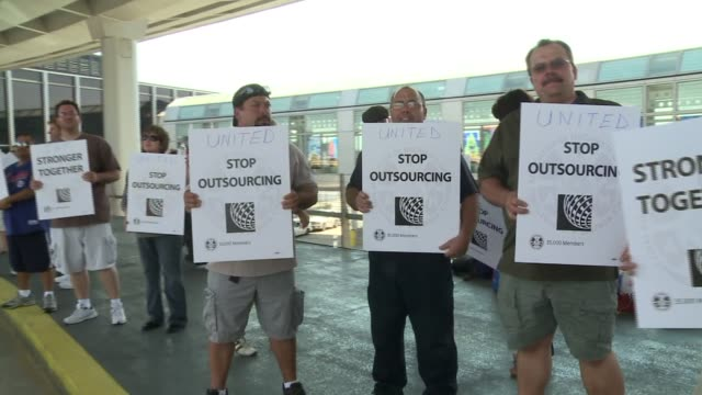 stockvideo's en b-roll-footage met wgn a group of united airlines union employees picketed at airport objecting to outsourcing jobs united airlines employees protest outsourcing at... - uitbesteding