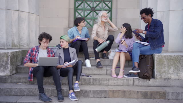 vidéos et rushes de groupe d'étudiants d'université apprenant ensemble en plein air - buenos aires