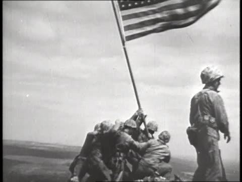 group of us marines raise an american flag at iwo jima. - pacific war video stock e b–roll