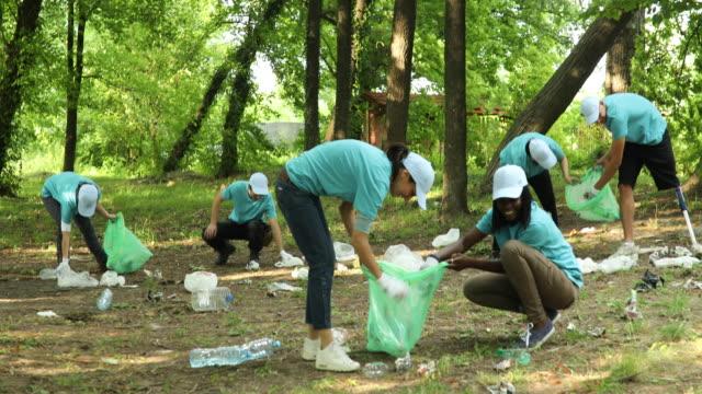 gruppe von freiwilligen reinigung park - soziales thema stock-videos und b-roll-filmmaterial