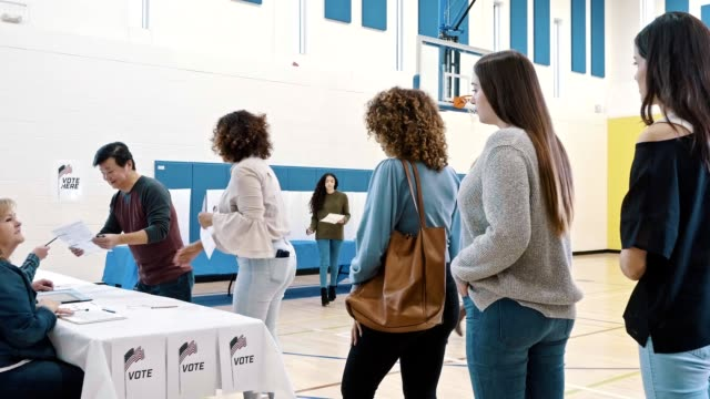 group of voters voting on election day - partito repubblicano degli usa video stock e b–roll