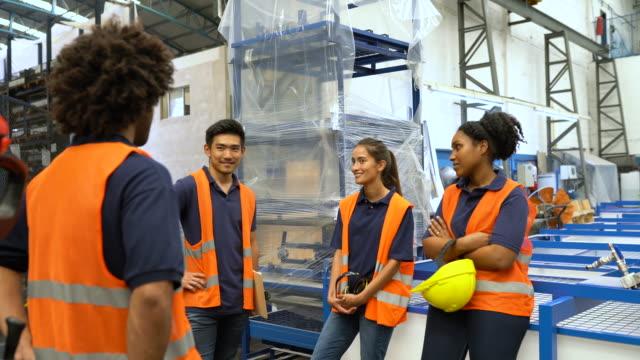 vídeos de stock e filmes b-roll de group of warehouse talking in break - trabalhador de armazém
