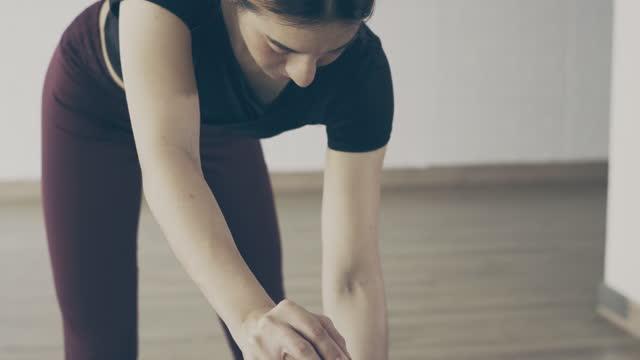 vídeos y material grabado en eventos de stock de grupo de mujeres en un estudio de ejercicio - pilates
