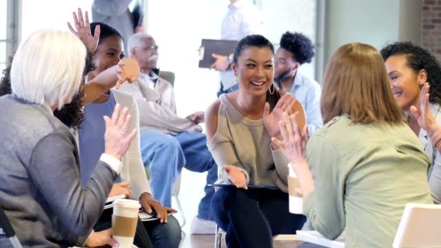 vidéos et rushes de groupe de femmes participent à la réunion d'association de propriétaire d'une maison - centre culturel