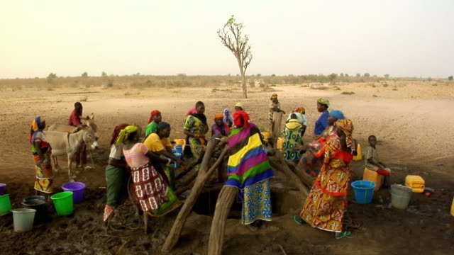 HA, WS, Group of women pulling water from well, Niamey, Niger