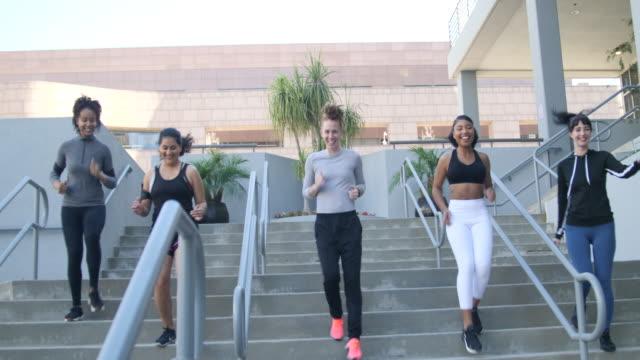 市内の階下を走る女性のグループ - staircase点の映像素材/bロール