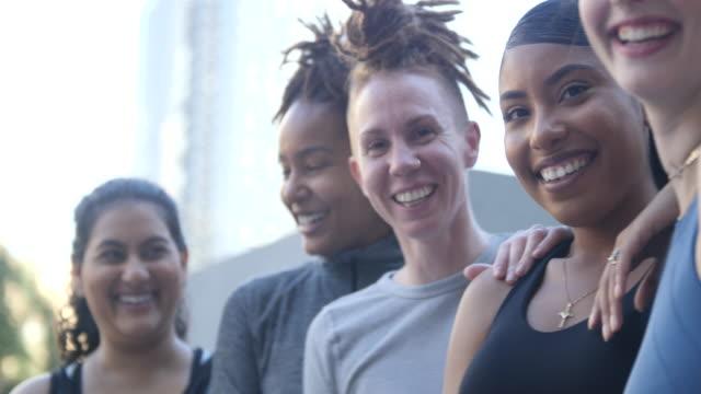 grupp kvinnor leende efter träningspasset i staden - trappsteg och trappor bildbanksvideor och videomaterial från bakom kulisserna