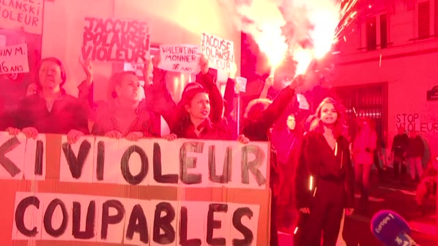 vídeos y material grabado en eventos de stock de a group of women stage a protest at the parisian premiere of roman polanski's new film an officer and a spy to denounce the director who has been hit... - procesamiento