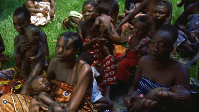 vídeos de stock, filmes e b-roll de ms group of women with babies sittingon ground - vida de bebê