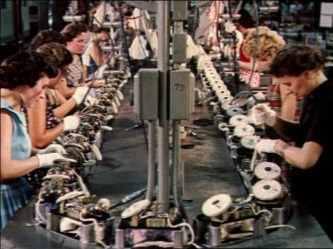 vídeos de stock e filmes b-roll de 1959 group of women working on telephones on assembly line - 1950 1959