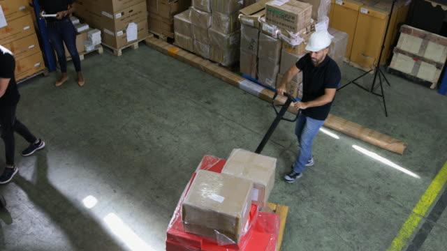 倉庫の従業員のグループ - 頭にかぶるもの点の映像素材/bロール