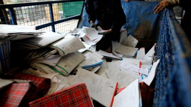 リサイクル工場で紙を選別する労働者グループ - リサイクル工場点の映像素材/bロール