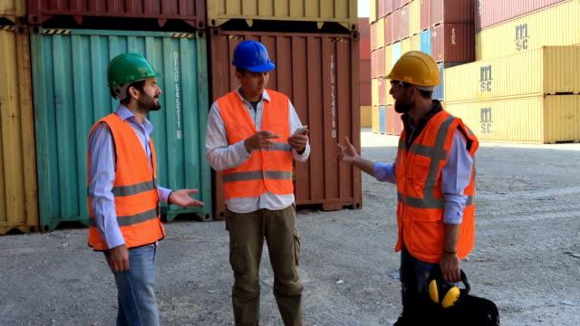 Groep van werknemers die werken met Cargo Containers