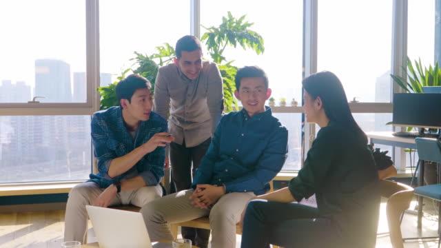 ms group of young businesspeople having meeting - カジュアルウェア点の映像素材/bロール