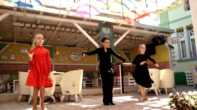 vídeos de stock e filmes b-roll de group of young children have a latino dance performance - arte, cultura e espetáculo