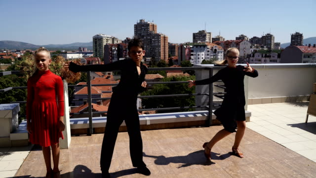 vídeos de stock e filmes b-roll de group of young children have a latino dance performance - tango dança