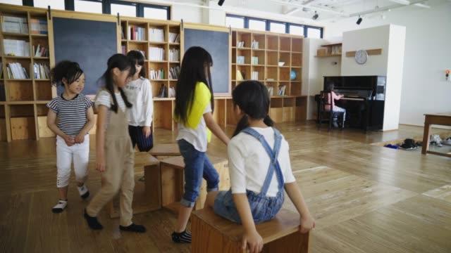 gruppe von kindern spielen reise nach jerusalem - stuhl stock-videos und b-roll-filmmaterial