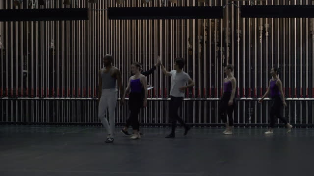 group of young dancers entering stage, signing in and starting warm up. - spettacolo teatrale video stock e b–roll