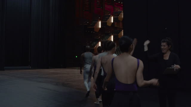 vídeos de stock e filmes b-roll de group of young dancers entering stage, signing in and starting warm up. - artista
