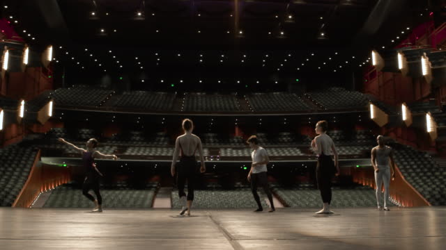 group of young dancers rehearsing on stage. - 演劇点の映像素材/bロール