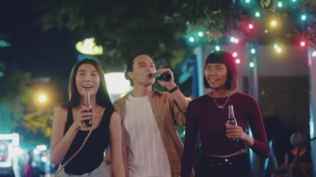 grupp unga vänner festa på nattklubben på khao san road - gå tillsammans bildbanksvideor och videomaterial från bakom kulisserna