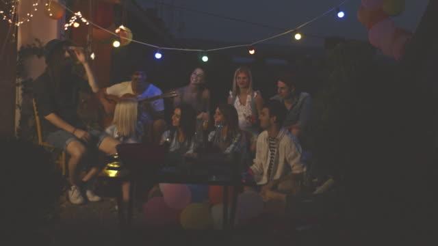 Gruppe junger Freunde entspannend auf Dach
