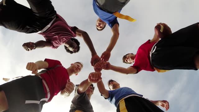 vidéos et rushes de a group of young men playing flag football on the beach. - slow motion - amitié masculine