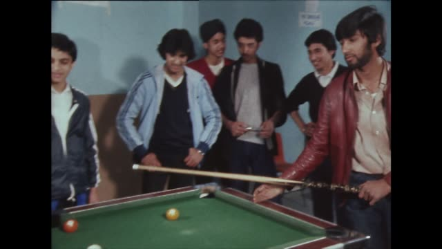 a group of young men playing pool in the 1980's. - ビリヤード点の映像素材/bロール