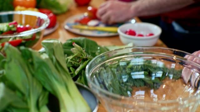 gruppe von jugendlichen in der heimischen küche - essen zubereiten stock-videos und b-roll-filmmaterial