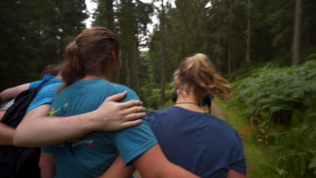 vídeos de stock e filmes b-roll de group of young teens walk along path while teambuilding - 20 24 anos