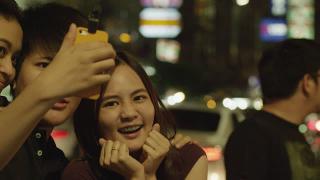 ls group of young thais taking a selfie in chinatown, red r3d 4k - 自分撮り点の映像素材/bロール