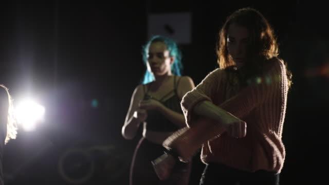 gruppe junger frauen tanzen team auf der bühne. - wettbewerb unterhaltungsveranstaltung stock-videos und b-roll-filmmaterial