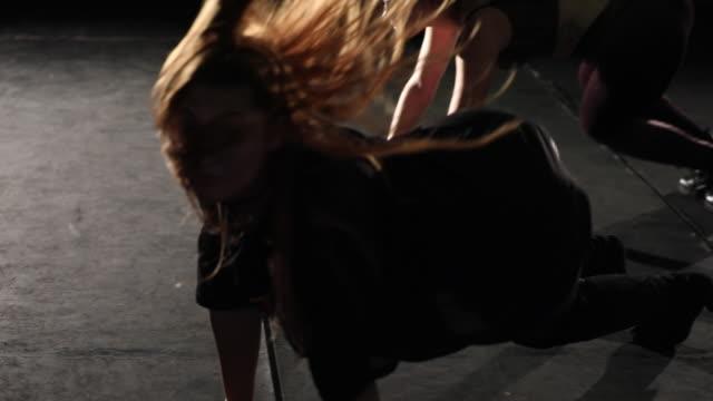 vídeos y material grabado en eventos de stock de grupo de mujeres jóvenes de danza equipo en el escenario. - animadora