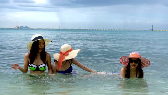 gruppe von jungen frauen im meer und kleine sexy bikinis, urlaub spaß haben. urlaub - hut stock-videos und b-roll-filmmaterial