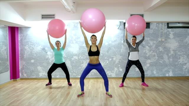 vídeos de stock, filmes e b-roll de em grupo de pilates treino! - músculo humano