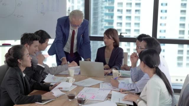 vídeos y material grabado en eventos de stock de grupo retrato joven persona de negocios creativo trabajando proyecto de éxito con equipo gente de negocios somos traje de traje casual equipo de trabajo de acción feliz en el espacio moderno coworking - japonés oriental