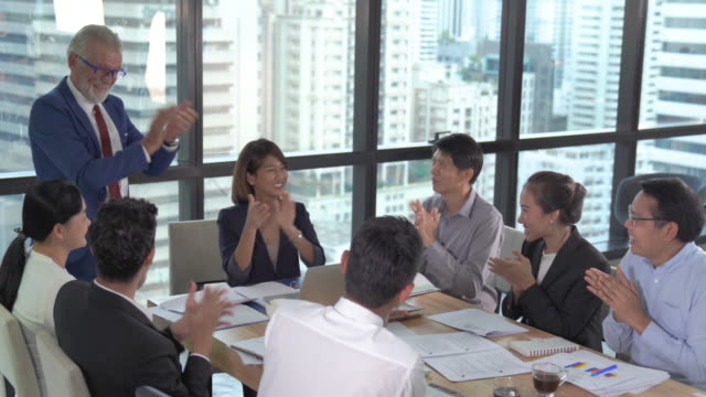 グループポートレート若い創造的なビジネスパーソンは、チームビジネスの人々と成功プロジェクトを働く、現代のコワーキングスペースで幸せなアクションを働くカジュアルなスーツの衣� - 集会点の映像素材/bロール