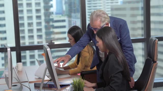 vidéos et rushes de groupe portrait jeune homme d'affaires créatif projet de succès de travail avec l'équipe des gens d'affaires weare tenue de costume occasionnel travailler l'action heureuse dans l'espace moderne de coworking - travailleur indépendant