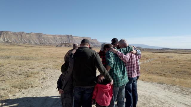 grupp bön män och pojkar utomhusaktiviteter i västra colorado desert - western usa bildbanksvideor och videomaterial från bakom kulisserna