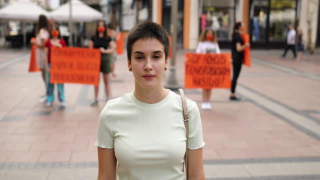 gruppe, die für gleichstellung und stärkung der rolle der frau protestiert - nur junge frauen stock-videos und b-roll-filmmaterial