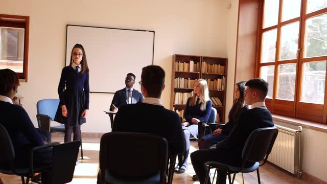 vídeos y material grabado en eventos de stock de psicoterapia de grupo. profesor de secundaria y estudiantes - uniforme