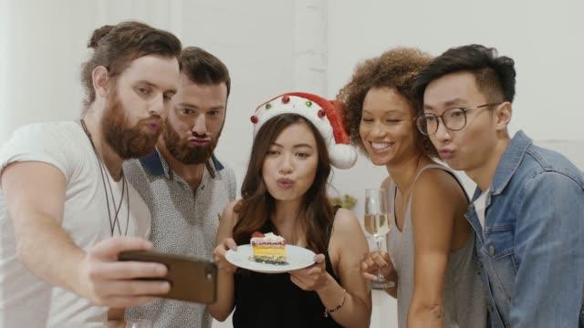 vídeos de stock e filmes b-roll de group selfie during party - cultura jovem