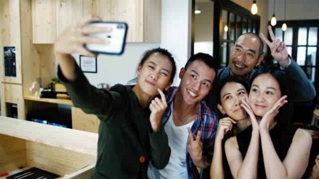 vídeos de stock e filmes b-roll de group selfie - taiwan