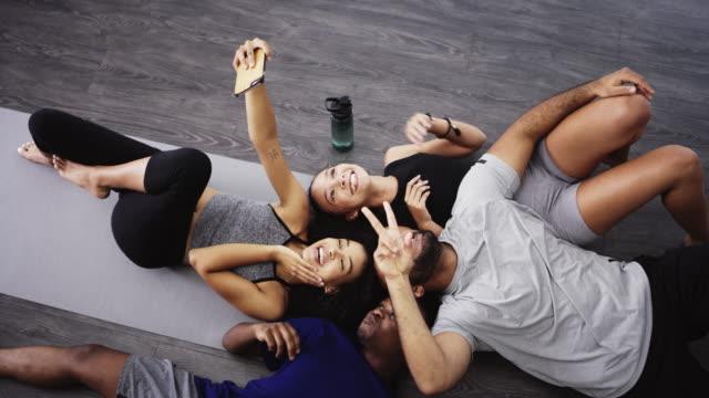 vídeos de stock, filmes e b-roll de os selfies do grupo são sempre os melhores! - pilates